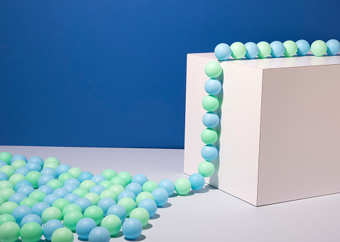 Teamwork「Blue and green balls climbing a wall」:スマホ壁紙(14)