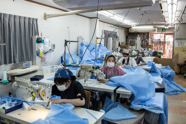 Factory Workers Produce Protective Gowns And Face Masks:ニュース(壁紙.com)