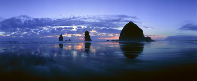 Cannon Beach「USA, Oregon, Cannon Beach, rock formations in sea at dusk」:スマホ壁紙(19)