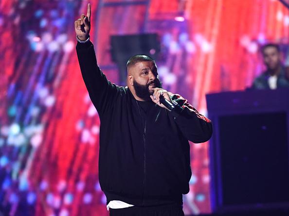 背景に人「2017 iHeartRadio Music Festival - Night 2 - Show」:写真・画像(3)[壁紙.com]