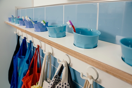 Belongings「Line-up of of toothbrushes and bags on hooks in kindergarten」:スマホ壁紙(19)