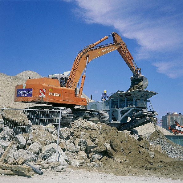2002「Fiat-Hitachi FH200 excavator loading concrete into mobile crusher for recycling.」:写真・画像(18)[壁紙.com]
