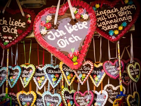 キッチュ「Germany, Hamburg, Gingerbread heart on funfair」:スマホ壁紙(11)