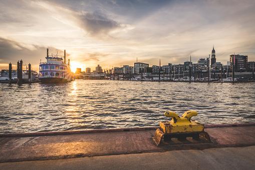 Bollard「Germany, Hamburg, Hafencity, Sandtorhoeft, View to City Sporthafen at sunrise」:スマホ壁紙(12)