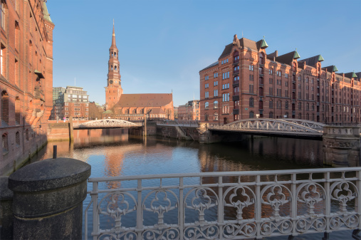 Gothic Style「Germany, Hamburg, old warehouse district, Speicherstadt with St Catherine's church at sunrise」:スマホ壁紙(8)