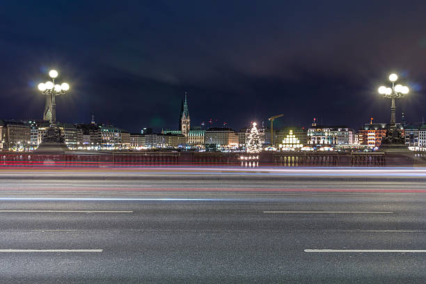Germany, Hamburg, Lombardsbruecke crossing the Alster Lake at night:スマホ壁紙(壁紙.com)