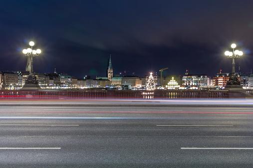 Government Building「Germany, Hamburg, Lombardsbruecke crossing the Alster Lake at night」:スマホ壁紙(13)