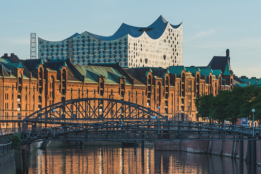 Footbridge「Germany, Hamburg, view to Zollkanal and Old Warehouse District with Elbe Philharmonic Hall in the background」:スマホ壁紙(14)
