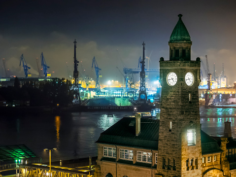 Passenger Boarding Bridge「Germany, Hamburg, Port of Hamburg, St. Pauli Landing Stages, clock tower at night」:スマホ壁紙(19)