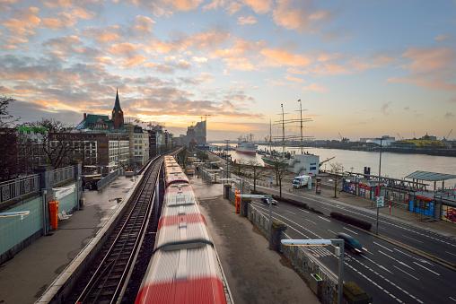 Passenger Train「Germany, Hamburg, sunrise on the harbor edge」:スマホ壁紙(1)