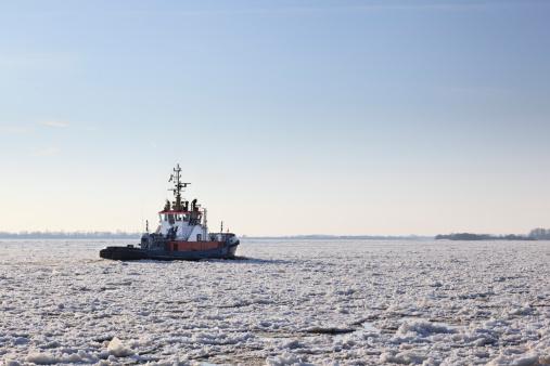 Pack Ice「Germany, Hamburg, Trawler on ice covered River Elbe」:スマホ壁紙(2)