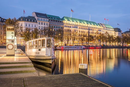 Twilight「Germany, Hamburg, Inner Alster Lake, Hotel Vier Jahreszeiten, blue hour」:スマホ壁紙(8)