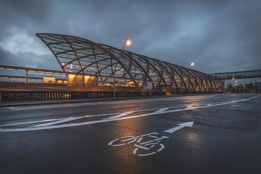 Passenger Train「Germany, Hamburg, new subway station Elbbruecken in the evening」:スマホ壁紙(9)