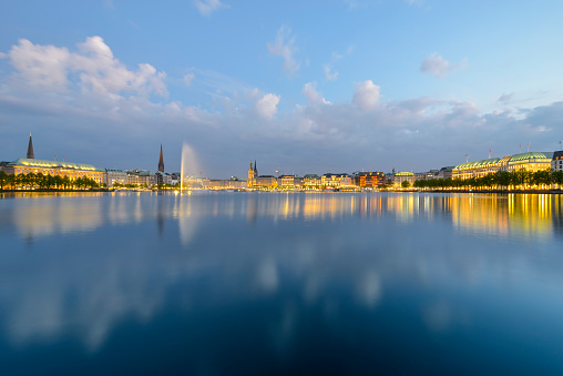 Water Surface「Germany, Hamburg, panoramic view of Inner Alster and Alster fountain in the evening」:スマホ壁紙(4)