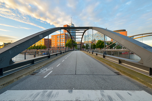Bicycle Lane「Germany, Hamburg, Niederbaum bridge with Elbe Philharmonic Hall and Hanseatic Trade Center in the morning」:スマホ壁紙(5)