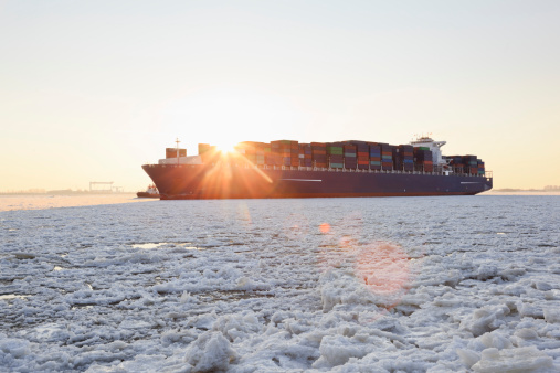 Pack Ice「Germany, Hamburg, Container ship on ice covered River Elbe」:スマホ壁紙(0)