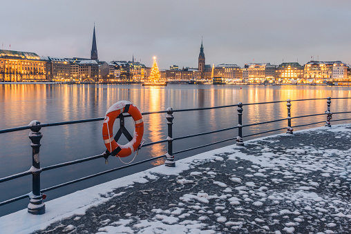 Town Square「Germany, Hamburg, Binnenalster and city view in winter」:スマホ壁紙(19)