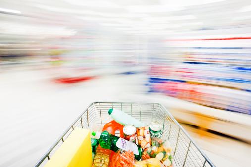 顧客「ぼやけた、ghostlike スーパーマーケット陳列棚に、数多くのショッピングカートレース」:スマホ壁紙(6)