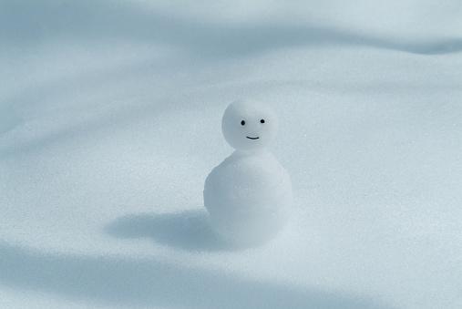 雪だるま「Snowman on snowy land, white background」:スマホ壁紙(4)
