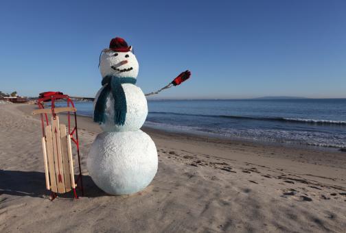 雪だるま「Snowman on beach with sled.」:スマホ壁紙(8)