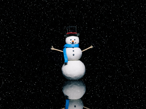 雪だるま「Snowman on a Black Background with snow falling.」:スマホ壁紙(11)