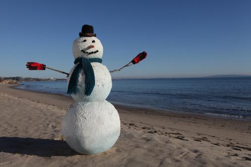 雪だるま「Snowman on the beach with winter hat and gloves. 」:スマホ壁紙(1)