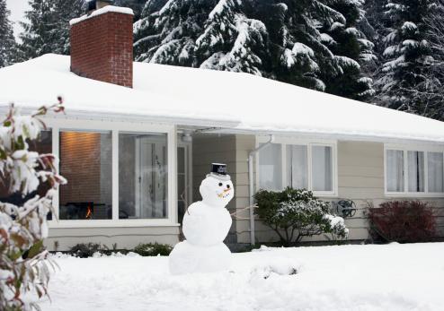 雪だるま「Snowman on lawn of house」:スマホ壁紙(7)