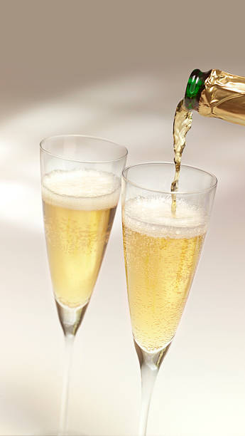 Pouring champagne into two glasses:スマホ壁紙(壁紙.com)