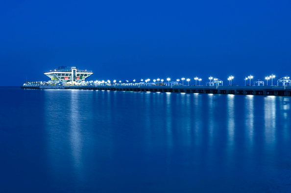 Travel Destinations「The Pier, a major tourist attraction in downtown Saint Petersburg, Florida with restaurants and shops, juts out into Tampa Bay at dusk. USA」:写真・画像(18)[壁紙.com]