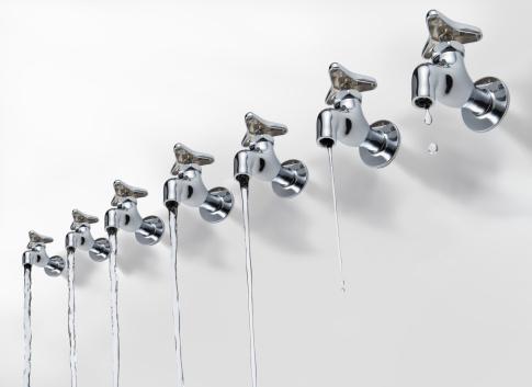 スイセン「Row of faucets pouring water」:スマホ壁紙(8)