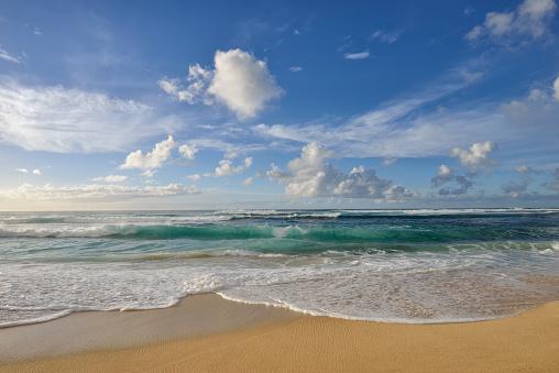 オアフ島「Surf on sandy beach.」:スマホ壁紙(18)