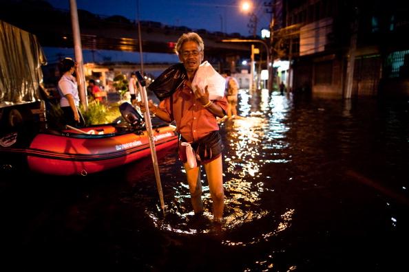 Support「Thai Residents Brace Against Rising Flood Waters In Bangkok」:写真・画像(16)[壁紙.com]