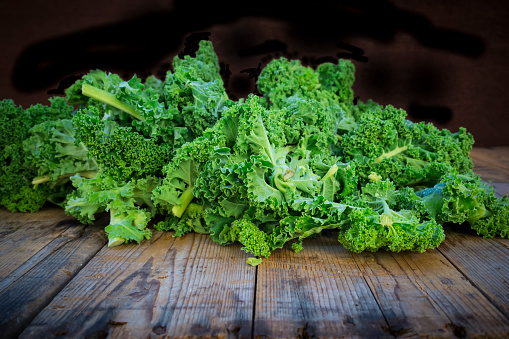 Kale「Kale leaves on wood」:スマホ壁紙(19)