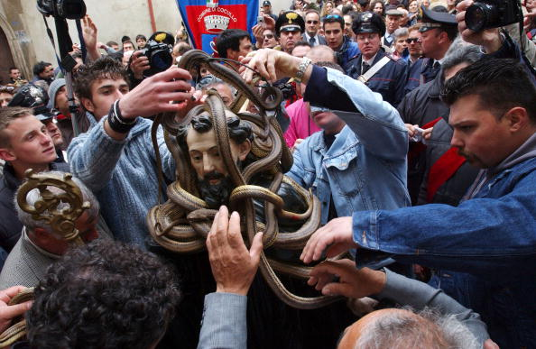 Art Product「Traditional Snake Procession Takes Place In Italy」:写真・画像(15)[壁紙.com]
