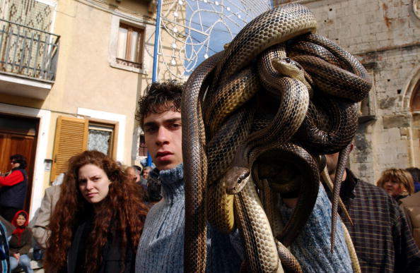 Marco Di Lauro「Traditional Snake Procession Takes Place In Italy」:写真・画像(17)[壁紙.com]