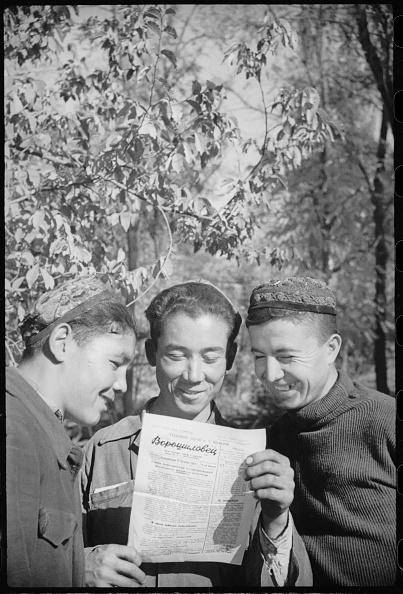 Uzbekistan「Three People With A Newspaper」:写真・画像(13)[壁紙.com]