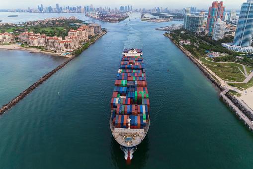 Miami「Cargo ship leaving the Port of Miami」:スマホ壁紙(4)