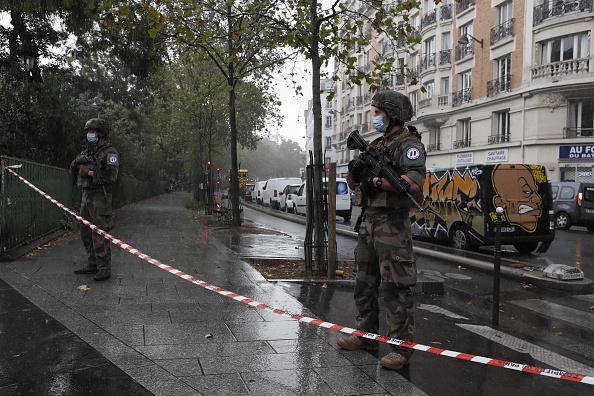 Charlie Hebdo「Paris On Standby After Stabbing At Former Charlie Hebdo Offices」:写真・画像(8)[壁紙.com]