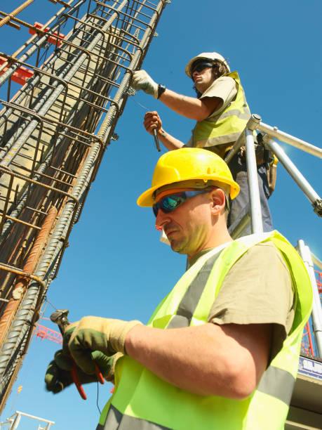 Men working on reinforced steel bar structure for reinforced concrete foundations:ニュース(壁紙.com)