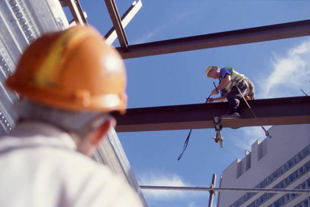 Men working at heights.:ニュース(壁紙.com)