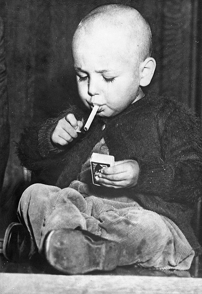 Smoking - Activity「22-months-old boy lights a cigarette in a workmanlike manner. According to some information, he smokes from time to time a cigarette. Los Angeles. Photograph. Around 1920/30.」:写真・画像(19)[壁紙.com]