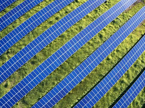 Solar Energy「USA, North Carolina, Low-level aerial photograph of solar panels in a solar farm」:スマホ壁紙(2)