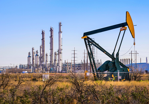 Oil Industry「Pumpjack (oil derrick) and refinery plant in West Texas」:スマホ壁紙(11)