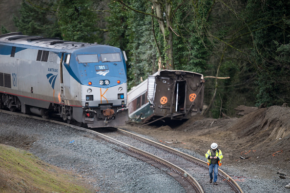 鉄道・列車「Amtrak Train Derailment South Of Tacoma, Washington Leaves Train Car Dangling Onto Highway」:写真・画像(8)[壁紙.com]