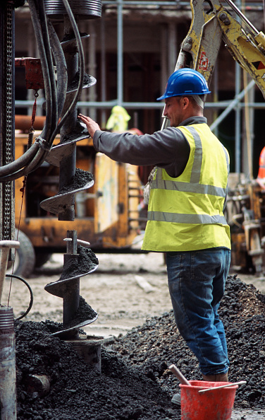 Mid Adult「Mini piler removing a section of drill bit. Foundations for an office renovation, Baker Street, London, UK」:写真・画像(18)[壁紙.com]