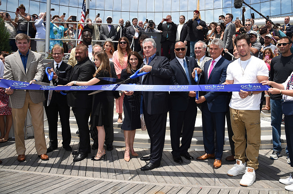 Weekend Activities「Mark Wahlberg Attends Ocean Resort Casino Opening Weekend Ribbon Cutting Ceremony」:写真・画像(3)[壁紙.com]