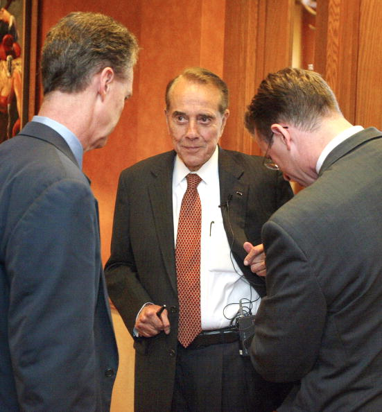 Tim Boyle「Senator Bob Dole Makes Stop In Chicago To Discuss Medicare Prescription Drug Law」:写真・画像(14)[壁紙.com]