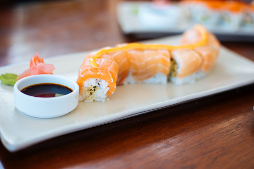 Fuyu「Sushi plates on table」:スマホ壁紙(9)