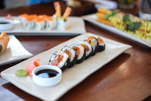 Fuyu「Sushi plates on table」:スマホ壁紙(12)