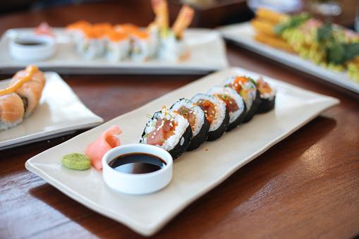 Fuyu「Sushi plates on table」:スマホ壁紙(11)